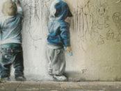 bambini scrivono su un muro