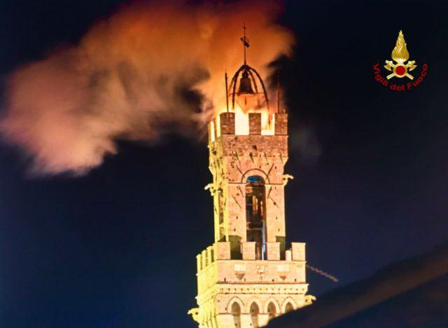 Paura a Siena, fiamme sulla Torre del Mangia