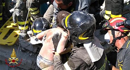 Terremoto a Ischia: 2 vittime, 39 feriti. Salvato bimbo di 7 mesi e il fratello Mattias