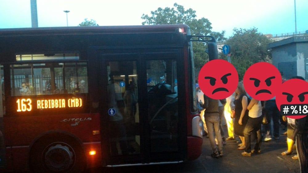 Bus preso in ostaggio a Roma
