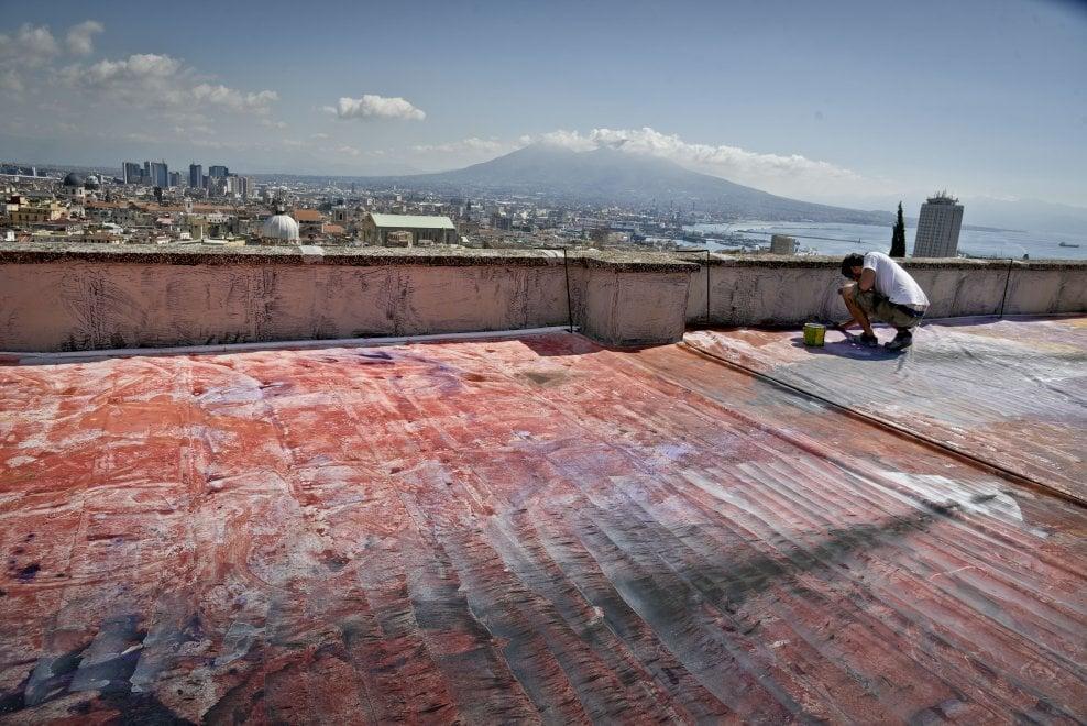 Un dipinto sui tetti di Napoli