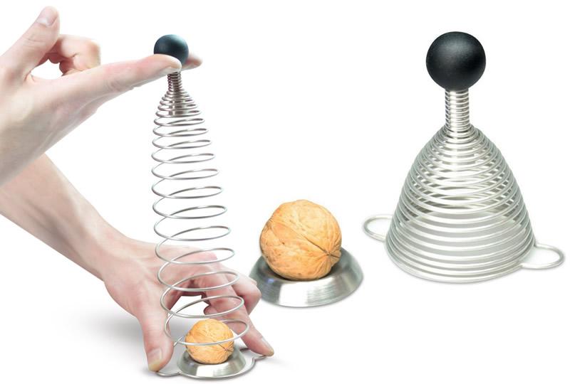 Lo schiaccianoci a molla, un modello innovativo per rompere i gusci delle noci