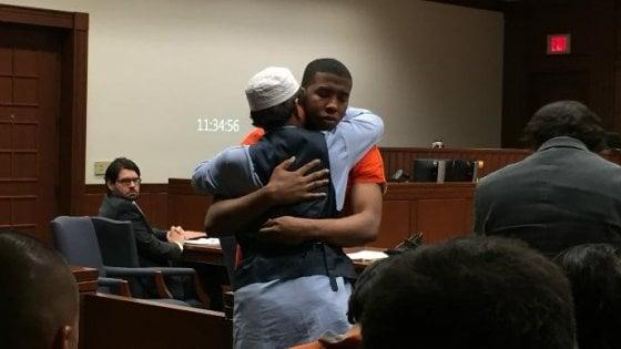 Perdona l'assassino di suo figlio e lo abbraccia, è accaduto in Kentucky