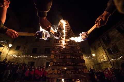 Abbadia San Salvatore: l'antico rito del fuoco per celebrare il Natale
