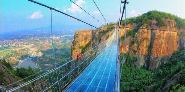 Nuovo ponte di vetro con effetti speciali in Cina: una sfida per gli amanti del brivido