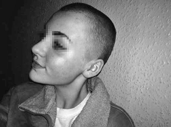 Taglia i suoi capelli per donarli ai bambini malati, ma la preside la sospende da scuola