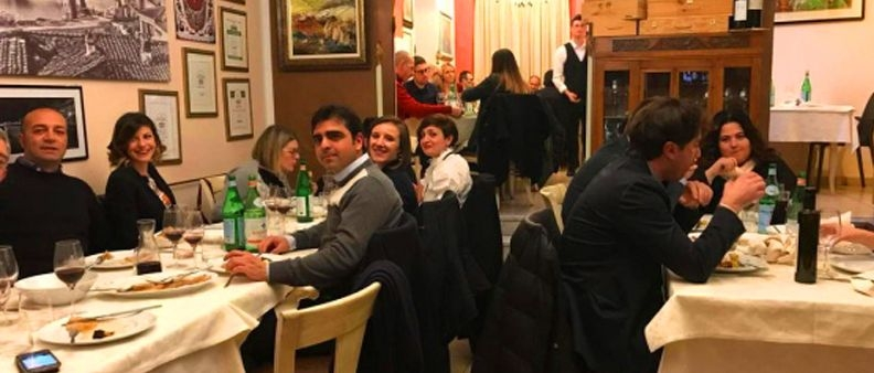 Ladri derubano ristorante, in decine vanno a cena per solidarietà