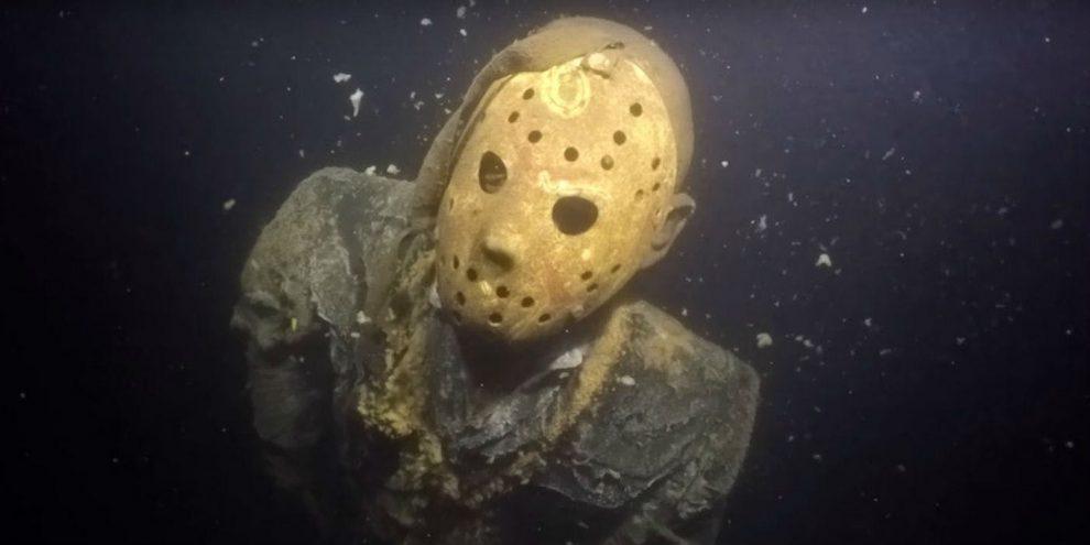 In Minnesota la statua di un personaggio horror installata in fondo ad un lago