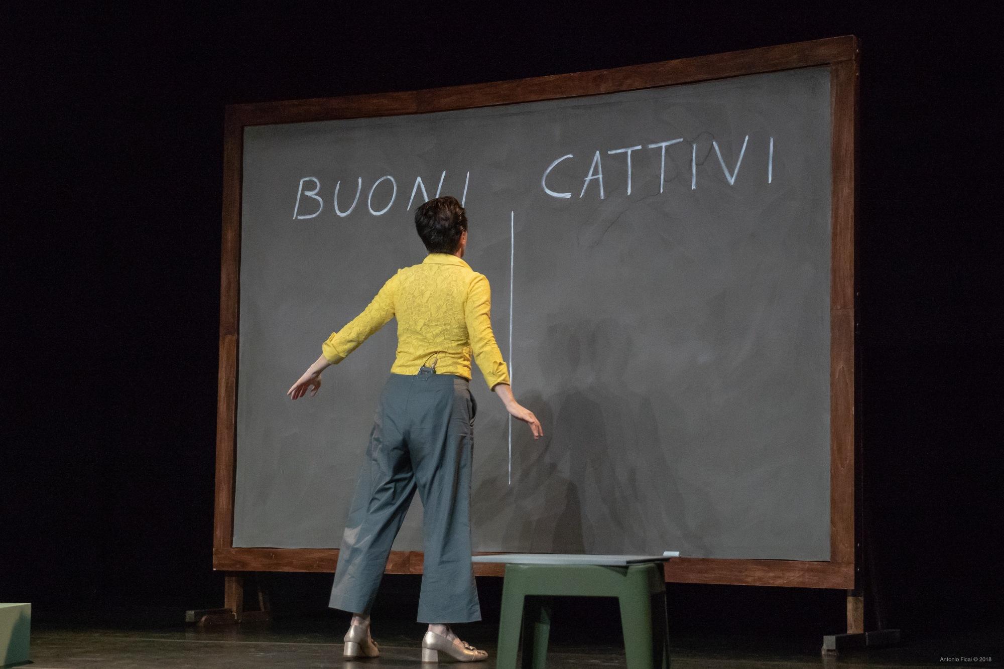 """A Firenze, al Teatro di Rifredi, """"Infanzia felice"""" una fiaba per adulti  di e con Antonella Questa"""