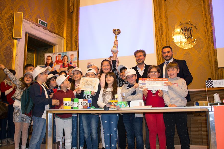 """Eureka! Funziona!  Podio in rosa per 4 giovani inventrici di Lucca: il loro """"Il labirinto stagionato"""" va a Treviso per la finale nazionale del 24 maggio"""