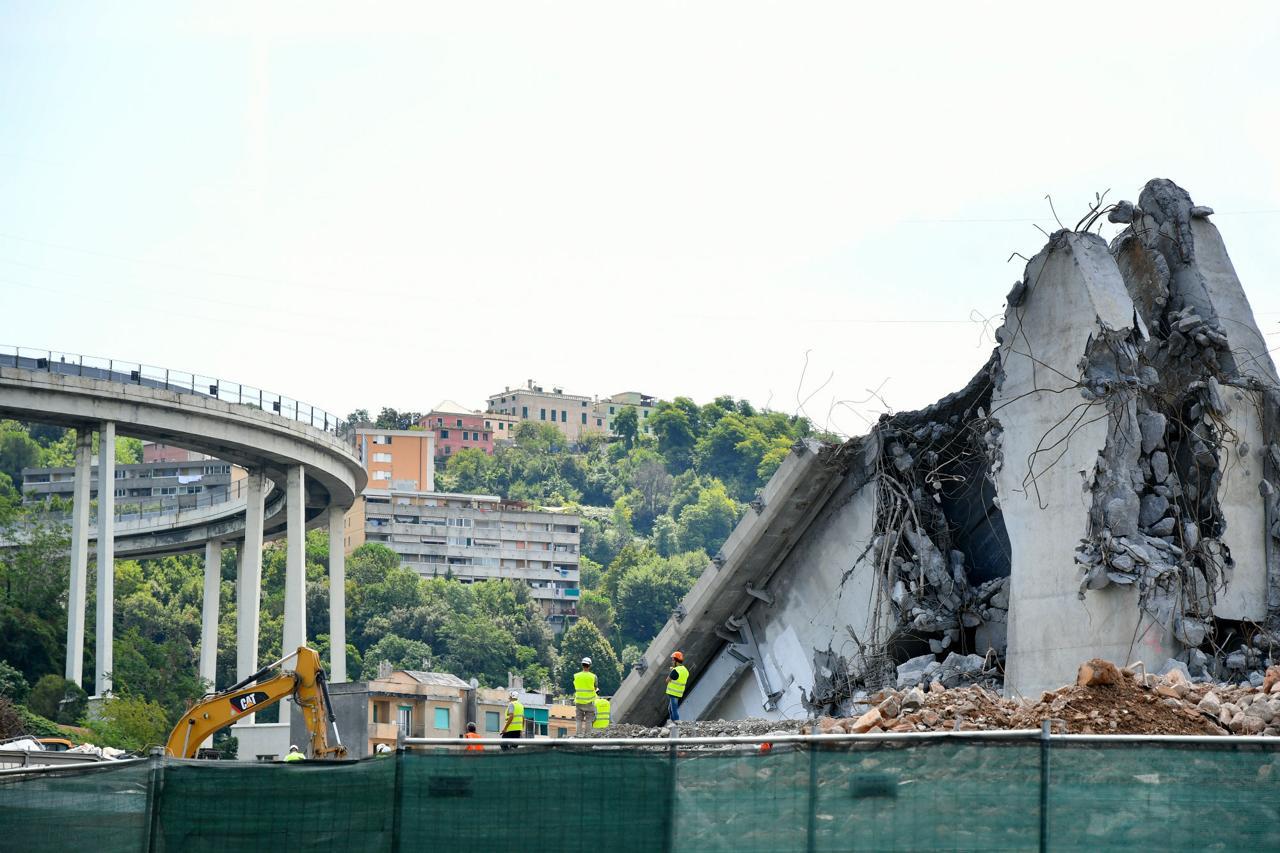 """Ad un anno dal crollo del ponte Morandi, compare uno striscione""""Basta passerelle, Genova è ferita non stupida"""""""