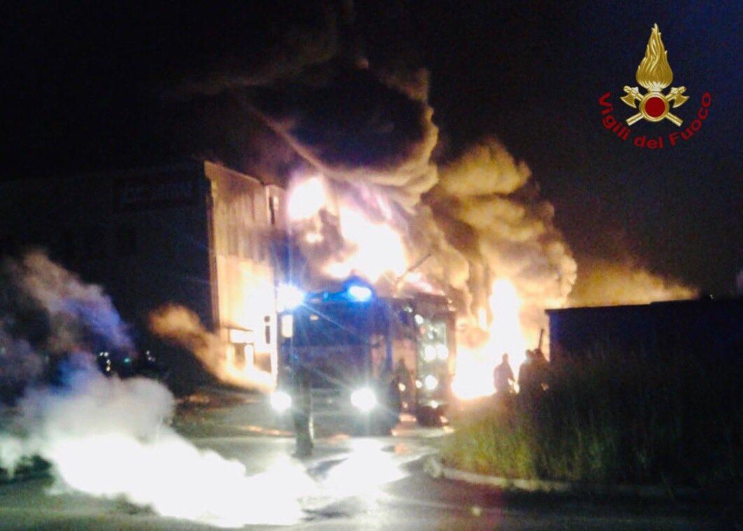 Devastante incendio in un magazzino di Faenza