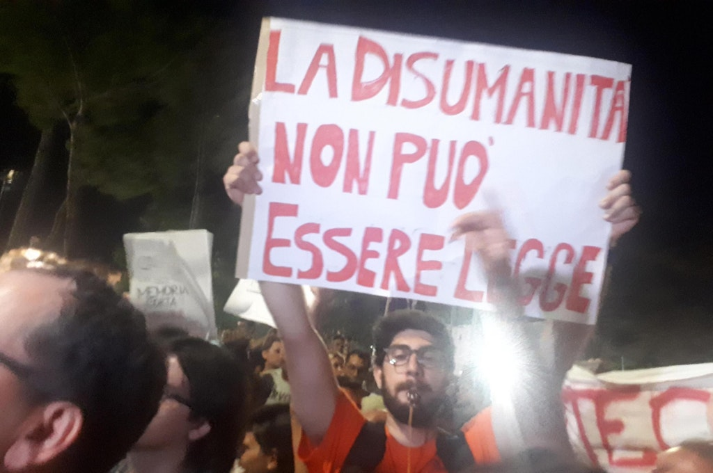 """Slogan e fischi contro Salvini: la Calabria non si """"Lega"""""""