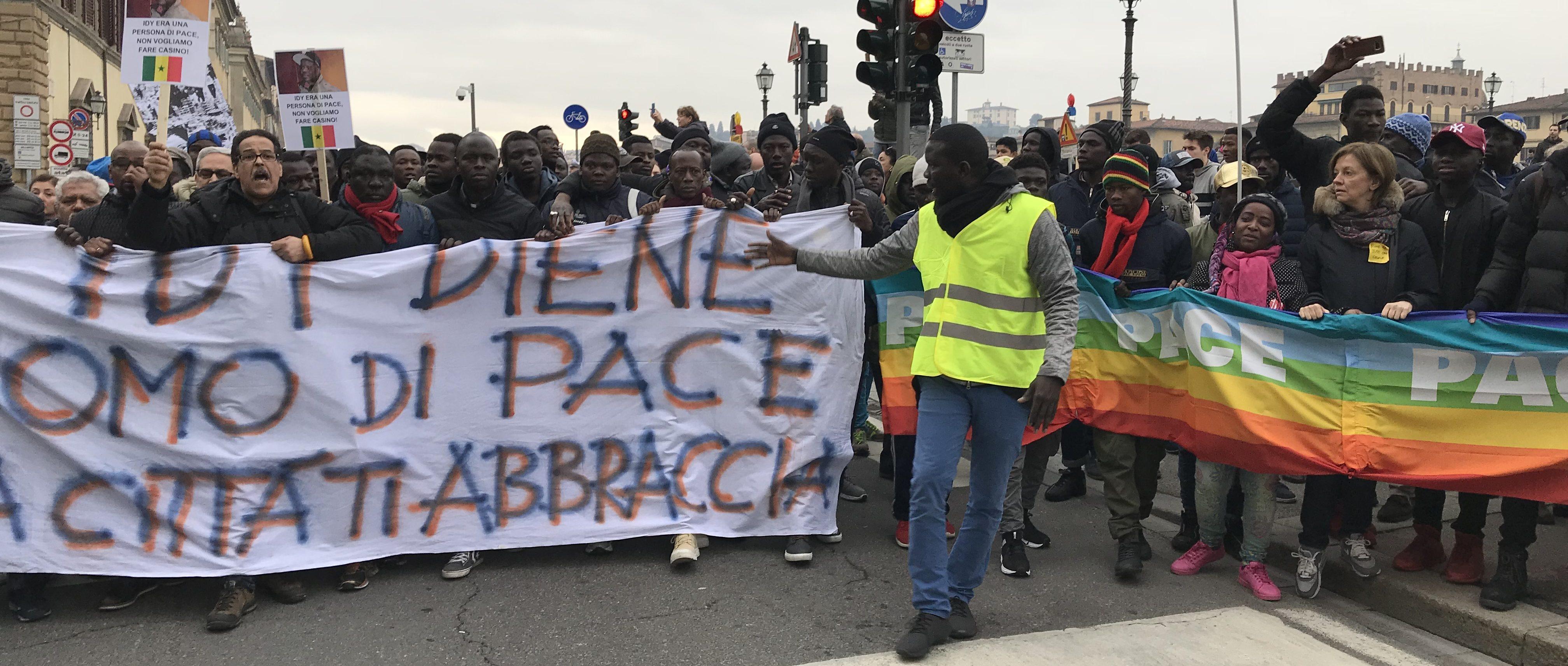 Presidio a Firenze dell'Associazione dei Senegalesi sabato 16 novembre sul ponte Vespucci